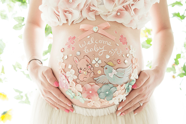 ベリーペイントのオススメの時期のアイキャッチ画像。白とピンクと水色の色とりどりのパステルカラーのお花が可愛くおしゃれに彩っています。中にはうさぎと鳩が描かれています。