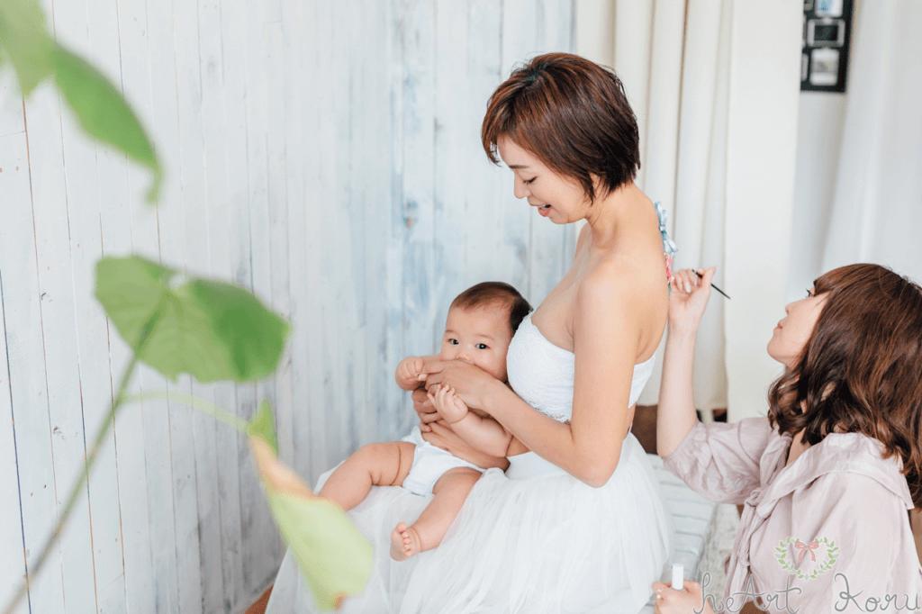 授乳フォトの写真。赤ちゃんがお母さんに抱っこされていて幸せそう。